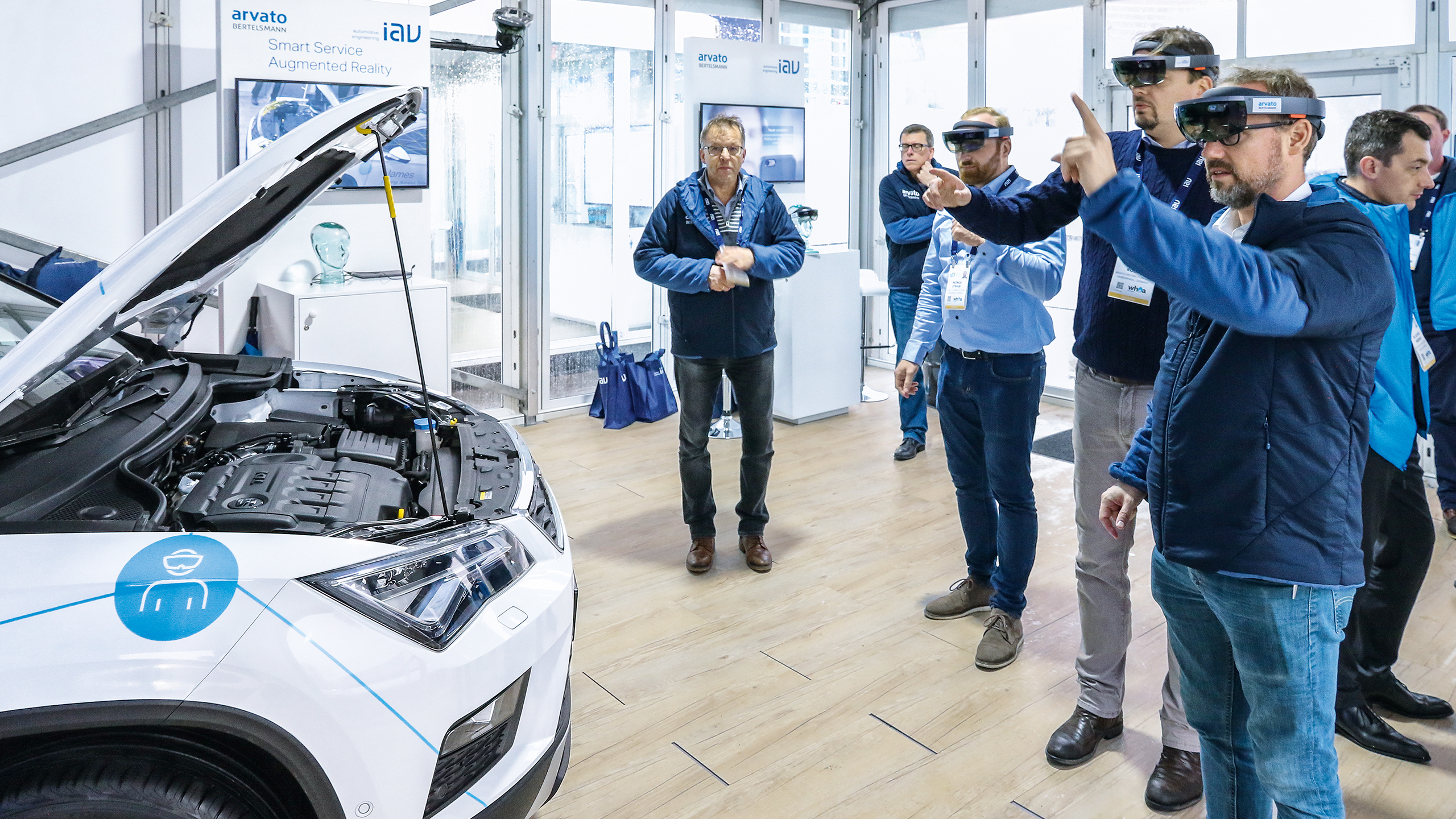 automotion 1801 08 Augmented reality AR Messebesucher Menschen Auto 16 9